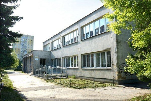 Zdravotné centrum na Tatranskej. Pribudla tam bezbariérová rampa a plošina.