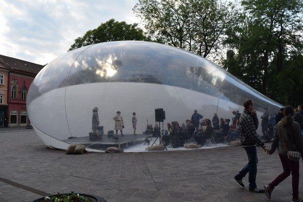 Bublina Aeropolis. Dovnútra sa zmestili desiatky ľudí, priťahovala aj pozornosť okoloidúcich.