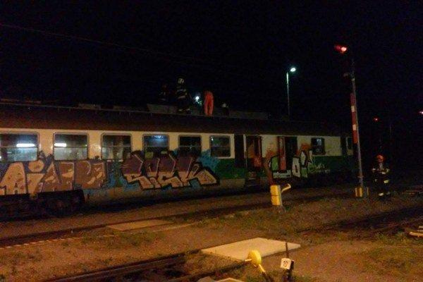 Odstavený vlak. Ľudí odviezli náhradné spoje