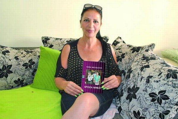 Nora Mojsejová s novou knihou. Verí, že sa bude dobre predávať.