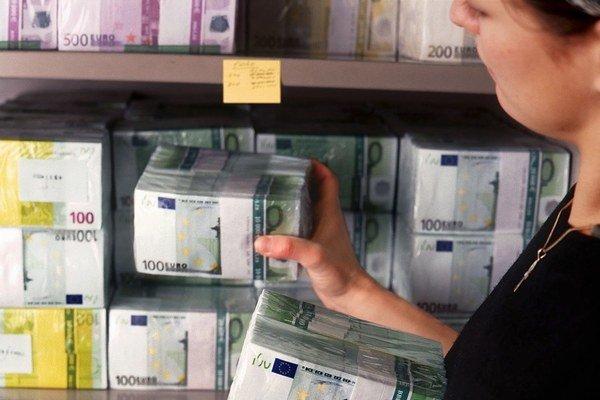Banky na poplatkoch a províziách začali tento rok zarábať omnoho viac ako predchádzajúce roky.