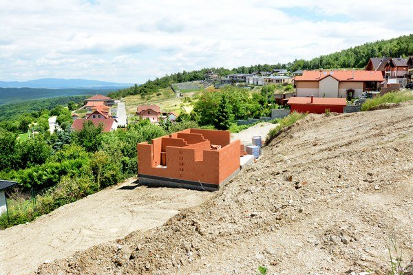 Kavečany. Niekto stavať môže, iní majitelia pozemkov nie. To by znamenalo schválenie návrhu.