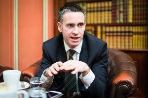Damien English je od júla 2014 ministrom vlády v Írsku, zodpovedným za kompetencie, výskum a inovácie na ministerstve školstva. Je poslancom írskeho parlamentu za stranu Fine Gael už od roku 2002, keď ho doň prvý raz zvolili ako 24-ročného.