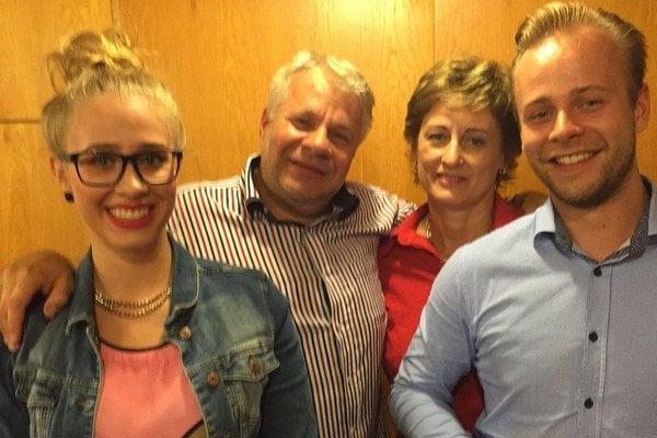Vydarená rodinka. Peter Pavlov s manželkou Vierou majú nielen pekné, ale aj veľmi chytré deti - Zuzku a Martina.