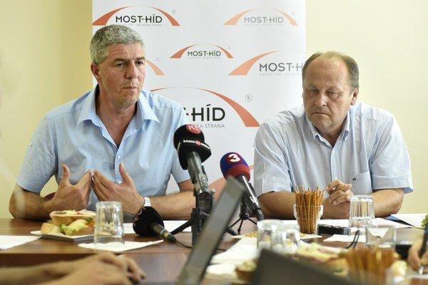 Béla Bugár a Elemér Jakab chcú, aby sa premiér venoval aj osudu ľudí vo Vojanoch.