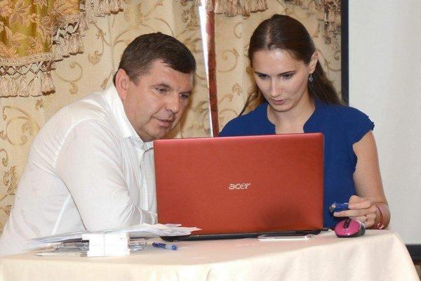 Remeta pri príprave pred tlačovkou. Ako komunikovať, mu radí bratislavská PR agentúra.