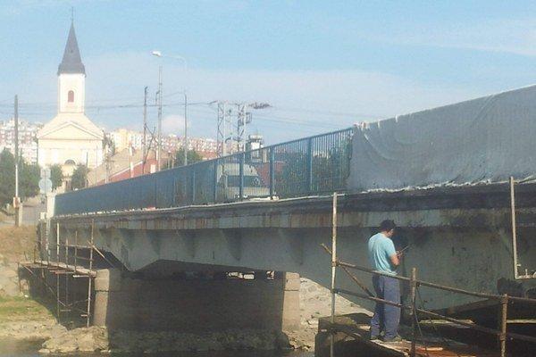 Oprava. Robotníci začali z bočnej strany mosta.