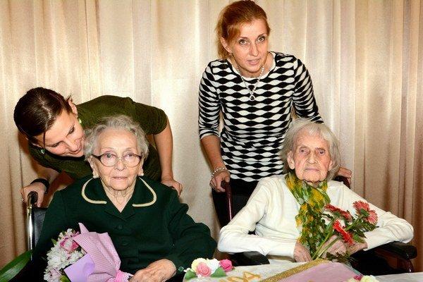 Oslávenkyne Márie s vnučkami. Terifajová (v bielom) a Zaffiryová. Ku gratulantom sa pridáva aj redakcia Korzára.