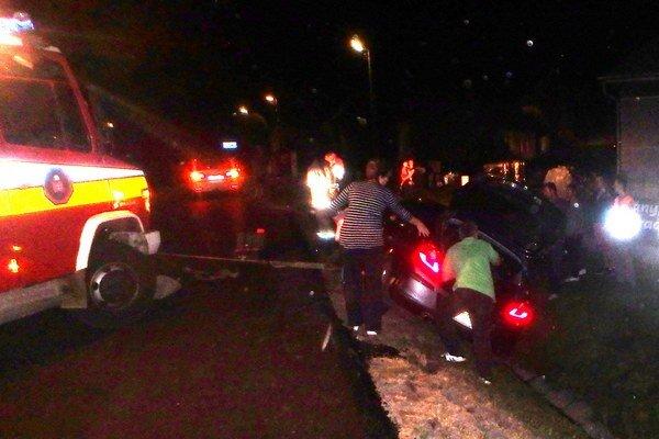 Vyťahovanie auta. Hrozilo, že sa zošmykne, pomohli hasiči.