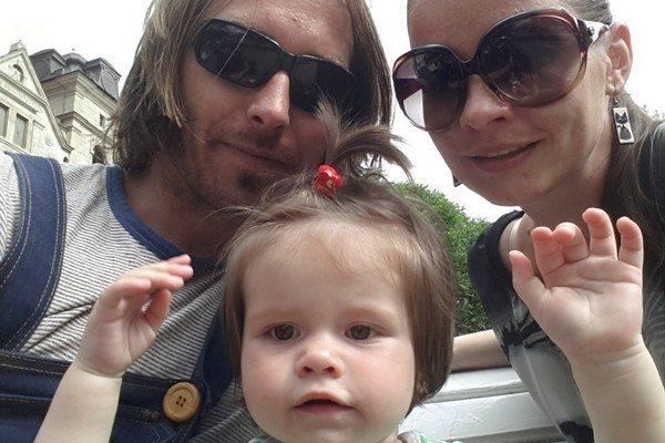 Silná trojka. Alena je šťastná s partnerom Michalom a ich malou Emou.