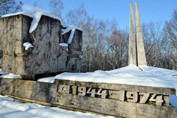 Ťažké boje z konca 2. svetovej vojny, ktoré sa odohrávali v okolí obce Skároš pri Košiciach, dokumentuje tamojšie prírodné múzeum zbraní. Súčasťou areálu blízko obce je Pamätník oslobodenia (na snímke). Foto: TASR/ Roman Hanc.