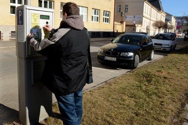Parkomaty na Zbrojničnej. Košičan zelené tlačidlo na vydanie lístka stlačil už po vhodení 50 centov.