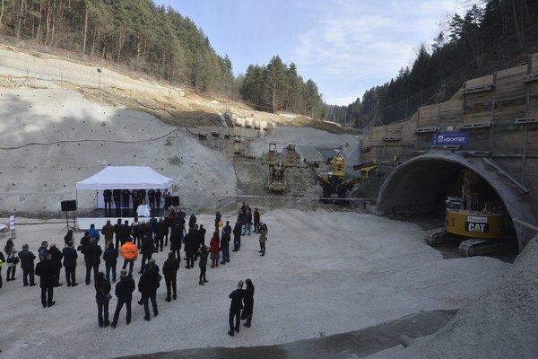Slávnostným posvätením a osadením sošky sv. Barbory odštartovala výstavba tunela Považský Chlmec na stavbe diaľnice D3 Žilina, Strážov - Žilina, Brodno.