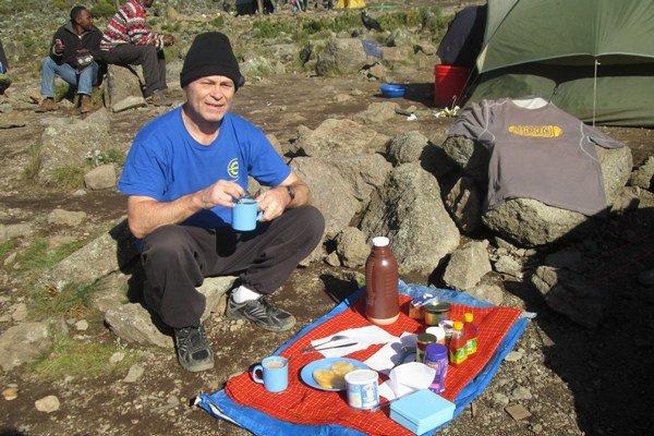 Ivan pri obede v jednom z táborov. Stravu si pochvaľoval, delil sa s ňou s tímom.