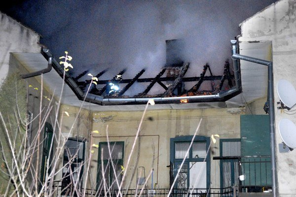 Požiar na Jesenského. Hasiči ho likvidovali niekoľko hodín.