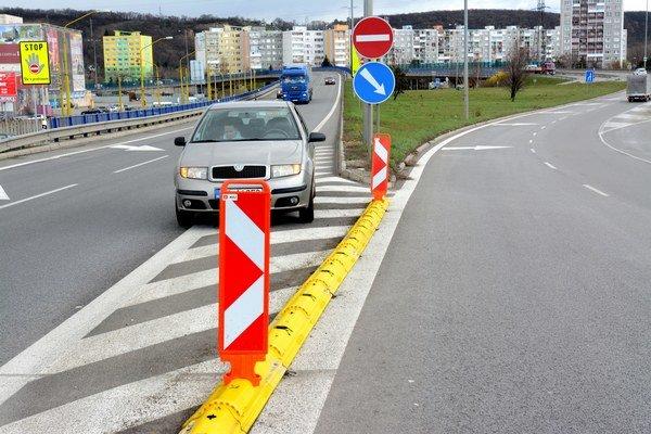 Istota je istota. Napriek dvojitej čiare a značkám predtým niektorí vodiči vošli do protismeru. Už sa to nemá stať.