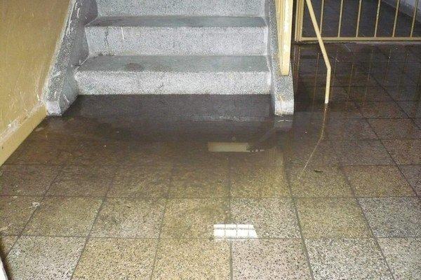 Zatopená chodba. Najprv splašky zaplavovali spoločné priestory.