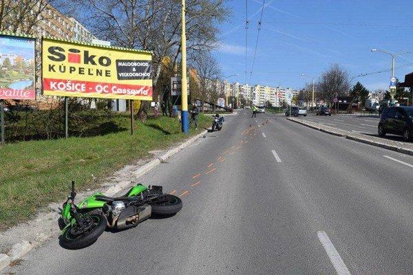Nehoda na Furči. Motorkárovi podľa polície vbehol do cesty chodec.