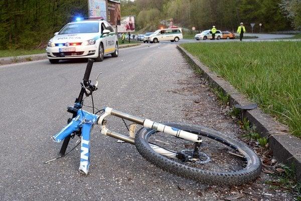 Roztrhnutý bicykel. Jednotlivé časti delilo 30 metrov.