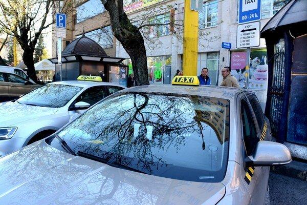 Vyhradené miesta v centre. Kto ich nemá, musí parkovať na mieste, uvedenom v povolení. Zákazník si môže taxík objednať aj telefonicky či e-mailom.