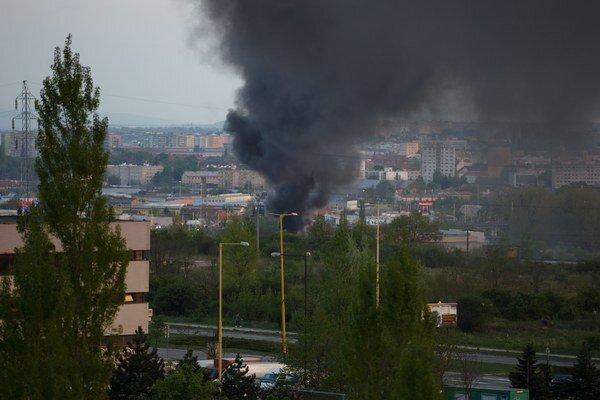 Poriadne dymilo. Neďaleká budova poškodená nebola.