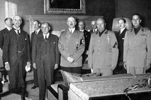 Zľava doprava: Chamberlain, Daladier, Hitler, Mussolini a Ciano pred podpisom Mníchovskej dohody.