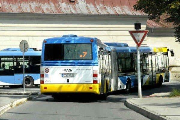 Autobusy. Vodič má právo vykázať problémových cestujúcich.