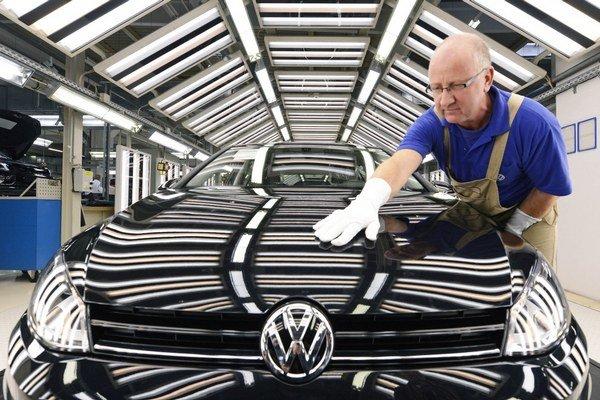 Keď spočítame splatnú a odloženú daň dokopy, tak za rok 2013 boli najväčšími platcami Slovenské elektrárne a automobilka Volkswagen.