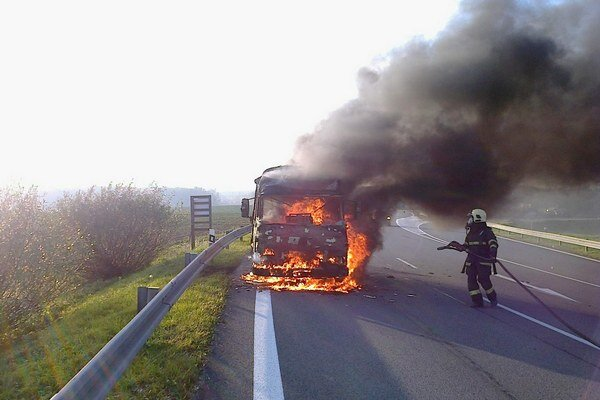 Zásah. Avia bola celá v plameňoch.