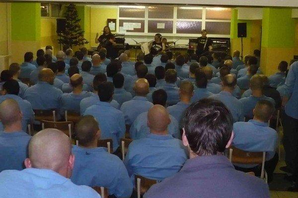 Vianočný program. Vo viacerých ústavoch pripravili pre väzňov koncerty.