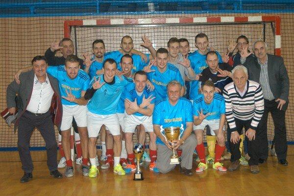 Víťazný tím. Hráči Tatrablesku pózujú s trofejou.