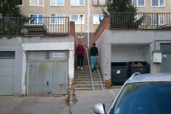 Koľajničky na schodoch nespĺňajú normy, pre chodcov môžu byť nebezpečné.