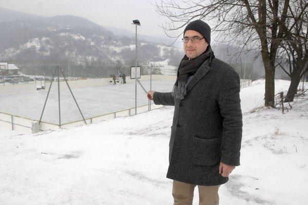 Nový starosta. Koncom minulého roka pribudlo obci multifunkčné ihrisko, na ktorom  vyrástla počas vianočných sviatkov ľadová plocha určená prednostne obyvateľom Kavečian. Dobrovoľníci ľad čistia a upravujú každý deň.