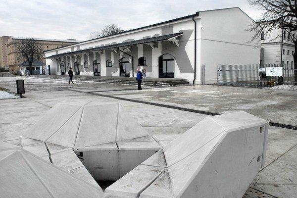 Námestie pred Kulturparkom. Aj tu po zotmení úradujú technické problémy.