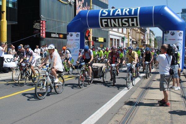 Štart pred Auparkom. O 11. hodine vyrazilo na trať vyše 630 fanúšikov bicyklovania.