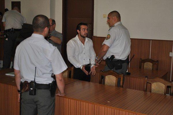 Justičná stráž dáva Stoklasovi na ruky putá, aby ho odviedla do výkonu trestu.