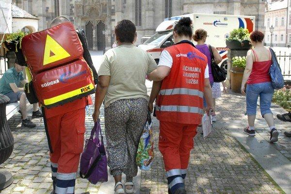 Pri fontáne. Ženu ratovali záchranári.