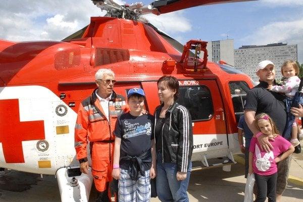 Zachránený a záchranár. Robko s mamkou a doktorom Šimákom, ktorý mu zranenie ošetril.