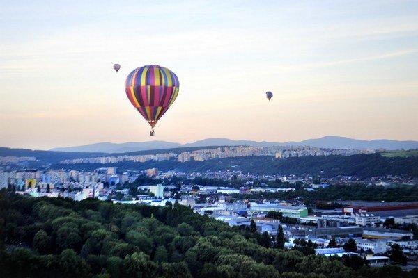 Balóny vo vzduchu. Takto uplynulý týždeň vyzeralo nebo nad Košicami, ktoré bolo posiate rôznymi farebnými lietajúcimi telesami. Lietanie balónom je najbezpečnejší spôsob dopravy, čo dokumentovala aj práve skončená fiesta. Nikomu z celkových vyše 300 pasaž