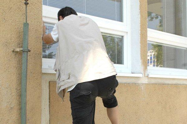 Vlamač. Nazastaví ho ani okno.