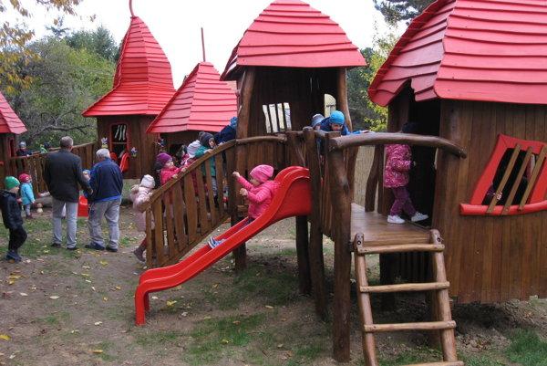 Domčeky sú súčasťou detského ihriska.