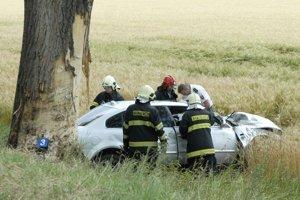 Po náraze. Auto bolo totálne zdemolované, vodič nemal šancu prežiť.