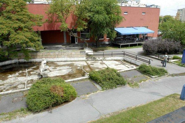 Nefunguje už roky. Na rekonštrukciu fontány prispeli okrem mestskej časti aj firmy, pôsobiace na Luniku II.