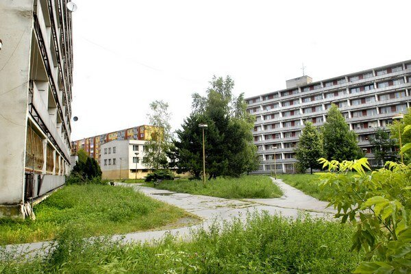 Bývalé ubytovne nemocnice. V tej vľavo budú byty. Tá vpravo je momentálne opustená. V priestore medzi nimi sa má riešiť parkovanie.