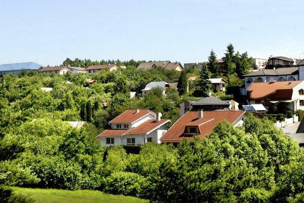 Rozhranie. Polovicu kopca medzi KVP a Terasou tvoria rodinné domy, druhú záhradky.
