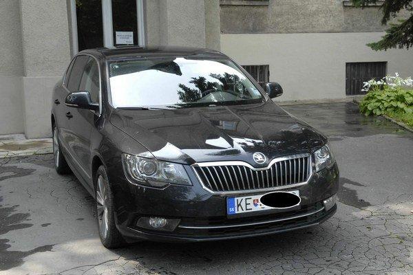 Nová Škoda. Má 6-valcový motor, 260 koní, pohon 4x4.