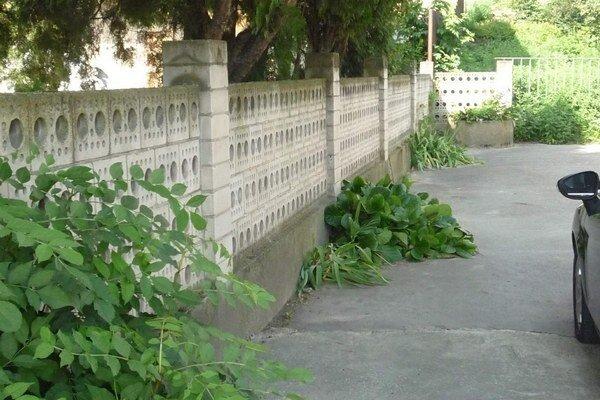 Pevný, no nesprávne posunutý. Starý plot nakoniec ostane na svojom mieste.