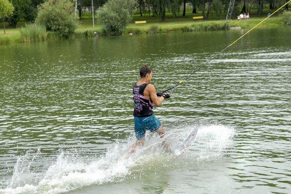 """Vodné lyžovanie na jazere. """"Budú v zime jazdiť na korčuliach?"""" pýtal sa poslanec."""