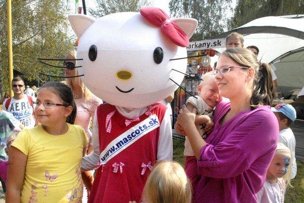 """Hello Kitty. Najpopulárnejšia dobrosrdečná mačička na svete svojím """"mňaukaním"""" primäla túto dvojročnú Košičanku až k slzám."""
