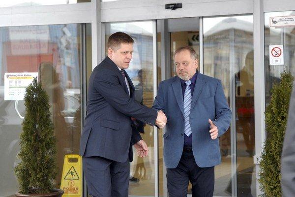 Symbolická rozlúčka. Premiér Robert Fico a Šéf košických daňovákov Vladislav Vašiv.